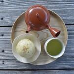ディアンドデパートメント - 「食堂のむしぱんと日本茶」。山田製油さんの白ごまを使った香り高いむしぱんと、丸久小山園さんの「初みどり」。