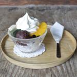 ディアンドデパートメント - 「クリームあんみつ」。ソフトクリーム、自家製の寒天に「中村製餡所」さんのあんこ、「麩嘉」さんのお麩、季節のフルーツをのせて。お好みで黒みつをかけてお召し上がりください。