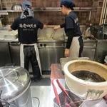 海老四天丼 那須ガーデンアウトレット店 - オープンキッチンの様子。
