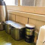インディアン - 料理写真:卓上には胡椒以外に、らっきょうと福神漬けが。