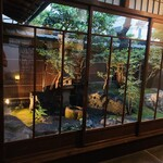MOTOÏ - 玄関横の庭