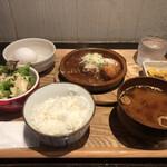 あさり食堂 - 煮込みハンバーグと手作りコロッケ定食(900円) 生玉子付