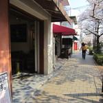 トレファツィオーネリオ - 桜の綺麗な通りに面し。