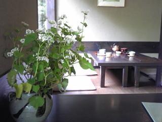 蕎麦 阿き津 - 自分が座った卓上の花