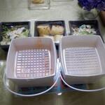イタリアン 亀戸 Osteria Hana - 紙の特製容器入りサラダもついています