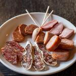 Kyurunonchue - 料理写真:2020.5 本日の試食(白かび熟成の乾燥ソーセージ、レバー入り辛味熟成乾燥ソーセージ、サラメ・ミラーノ、モンベリアールのソーセージ、プロヴァンス風ソーセージ、黒豚舌の燻製)