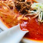 天府城 - 【四川風 担々麺】 味つけは、日本風ではなく、完全中華。 スープの表面の赤いところは、辛い。 麺は刀削麺(中華麺に変更可)