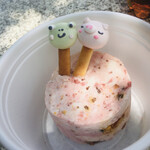130652828 - デザートに焼き菓子をのっけて遊ぶ呆けカエル(笑)