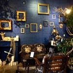 ボタニカルアイテムアンドカフェ シアン - シアンブルーの壁とブロカント