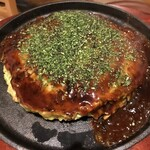 お好み焼き・鉄板焼き らっかせい - 料理写真:アツアツの鉄板の上で食べられます!