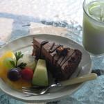 ちゃいぶ - 料理写真:飴がけ胡桃のチョコレートクリームケーキと冷茶のセット