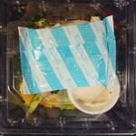 デニーズ - ハーブ鶏のローストチキンのパワーサラダのテイクアウトは保冷剤が上に乗ってます