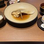 130693354 - 本日のお魚煮付け(鯛)、赤出汁、ご飯、有馬じゃこ、漬物