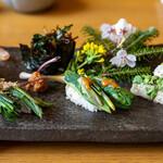 八ヶ岳小僧 - 2020.4 山菜寿司(コゴミ、アマドコロ、野芹、アサツキ軍艦、菊芋のガリ)