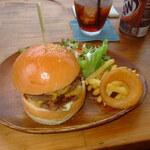 カフェ サンデイズ・シスコ - ダブルチーズバーガー200g1100円が量も多めでお勧め。肉だけで300gのトリプルもあり。