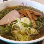 珍々飯店 - ほうれん草麺のラーメン
