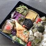 路地裏のShiki - お惣菜は彩りよく盛られています。