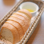130717626 - ランチセット 2350円 のパン、オリーブオイル