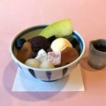"""四季茶寮えど - 【クリームあんみつ】和風甘味の定番メニュー「クリームあんみつ」は、甘味メニューの中でも人気ナンバーワン。「みつ豆」にあんことアイスクリームをトッピングした、オーソドックスな逸品。白玉、杏、求肥、マスクメロンなどを添えてあります。あんこは""""こしあん""""と""""つぶしあん""""から選ぶことができ、希望する方は""""小倉あん""""にも変更できます。添えてある黒蜜で甘さはお好みで。"""