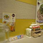 松屋 - 店内はカウンターやテーブル席がございます