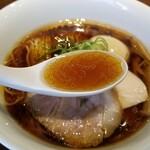 130743317 - 醤油味玉らぁ麺のスープ