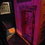 チアーズバー - トイレのドアの高さが背丈の3/4ぐらいしかない。