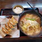 五味八珍 - 野菜ラーメンと餃子のセット(ライスお代わり自由)