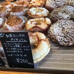 ブーランジュリーヨシオカ - 綺麗なパン達が並びます。