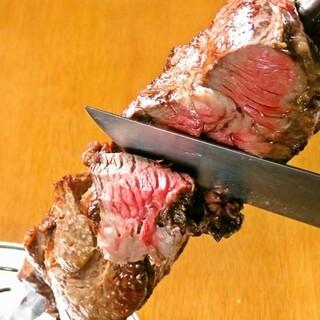 豪快な肉料理を食べ放題で心行くまで