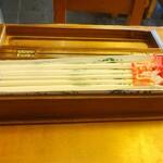 寿美吉 - 割箸と七味唐辛子