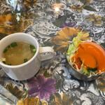 ウパハル - チキンスープとサラダ。 スープは濃い味でスパイシー。 サラダは皿小さすぎです。こぼれてしまう!