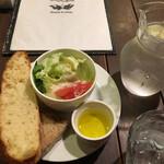 ぴちぴち金魚 - フォカッチャとサラダとオリーブオイル