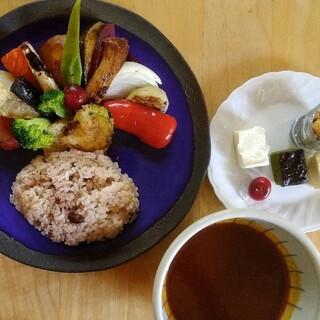 たっぷり入った野菜が嬉しい!人気の「鎌倉野菜のスープカリー」