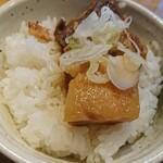130818042 - 「豚角煮ごはん」(¥200-税込)です。支那そばの麺と具をすべて食べてからいただきます。角煮はとっても柔らかいです。肉はほろほろ、脂身はとろとろ。お味もしょっぱ過ぎず良い塩梅。