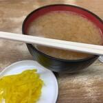 豊野丼 - みそ汁と漬け物
