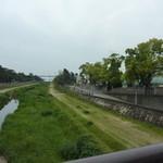 メゾン・ド・タカ芦屋 - 芦屋川の横にお店があり、河口の向こうには海。