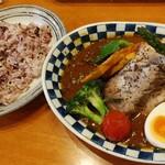 スープカレーのハンジロー - 香味豚のローストと彩り野菜のスープカレー 1664円+税