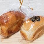 食ぱんの店 春夏秋冬 - 左:塩パン 右:ミニ食パン(粒あん)