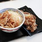 吉野家 - 豚生姜丼並盛と、牛皿並盛