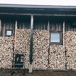 ブーランジェリー ジン - パンを焼く石窯用の薪が沢山積んであります