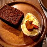 Organic Cafe ゆきすきのくに - みんな大好き! アイスクリームとチョコレートケーキの組み合わせ^ ^ 自然栽培の米粉を使ったグルテンフリーのケーキと、お米を食べて育った純国産種の鶏からとれた卵で作ったバニラアイスです!
