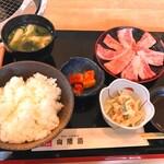 焼肉お食事処 山陽路 - ・カルビランチ890円