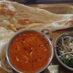 ハーブ&スパイス ファミリーレストラン Fewa - ナンは程よい大きさ