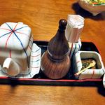 魚登久 - 卓上に常備された調味料類