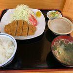 とんかつしが - 料理写真:とんかつ定食(900円)