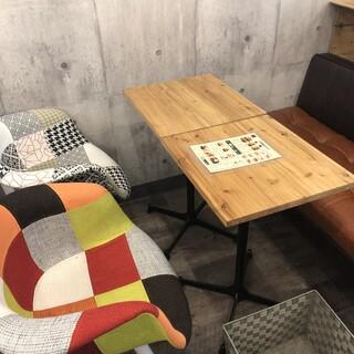 温もりを感じるお洒落なカフェで、素敵なひとときを…