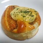 ベーカリーカフェ タンタアンナ - 料理写真:「えびカツパン」①