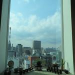 13090146 - カウンターの窓越しの空