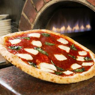 外はカリッと中はモチっと!本格窯焼きピッツァをどうぞ。