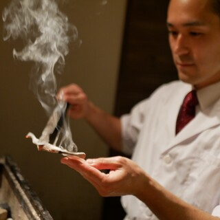 お料理はコースのみ。備長炭で直に炙った薫り立つお鮨!